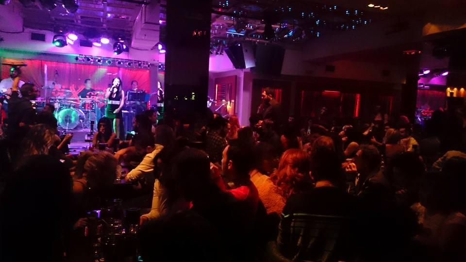 Ασταμάτητος χορός στην πίστα, σε καρέκλες και τραπέζια, το βράδυ της Πέμπτης 20/11, στο Δίχορδο Live στην Κοζάνη