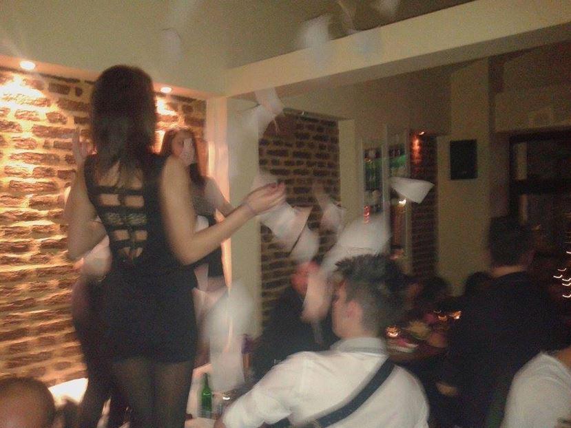Χορός πάνω στα τραπέζια στο cafe bar «Αερικό» στη Σιάτιστα, την Παρασκευή 19 Δεκεμβρίου