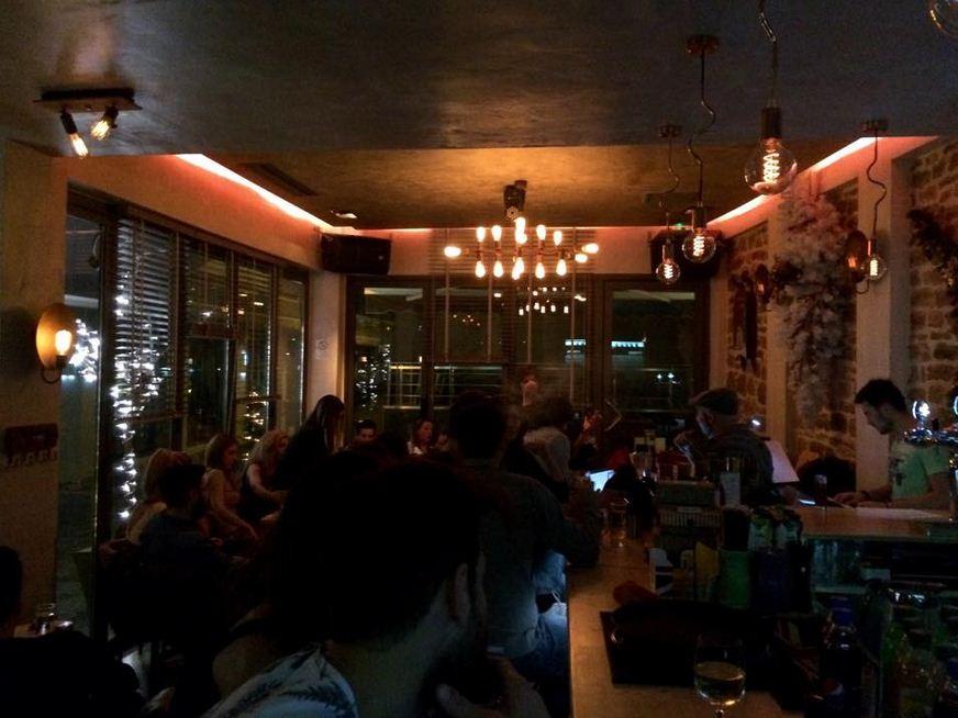 Clock cafe bar Kozani: Ζωντανή μουσική με τον Θέμη, τη Δευτέρα 22 Δεκεμβρίου
