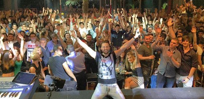 Ο Ηλιάς Βρεττός ξεσήκωσε και το κοινό της Πτολεμαΐδας, το βράδυ του Σαββάτου (2/5), στο  Xsnight Club